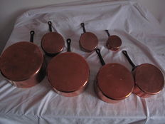 Set of 7 old pans in copper with an iron handle, 20th century