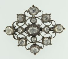 Brooch 14 kt and Z2, gold and silver, set with rose cut diamonds on silver foil