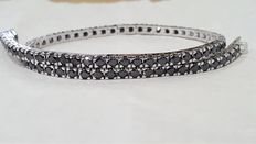 Tennis bracelet in 18 kt gold with 4 ct natural black diamonds.