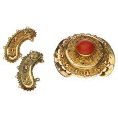 Bi-colour gold, finely tooled clasp set with a red coral.