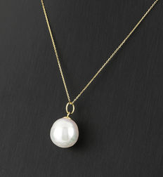 Choker and pendant with circular design made in white gold with pearl.