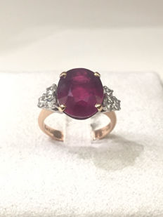 Ring with 9.26 ct ruby, oval cut, with 6 diamonds TW 0.73 ct.