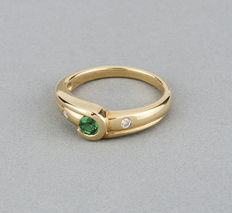 Yellow gold ring with one central emeralds and 2 diamonds. Ring size: 13