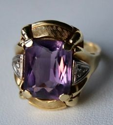Solid high-quality ring of 14 kt Yellow gold with large, natural, facetted cut Amethyst, approx. 12.3 x 9.7 mm and two 8/8 cut diamonds.