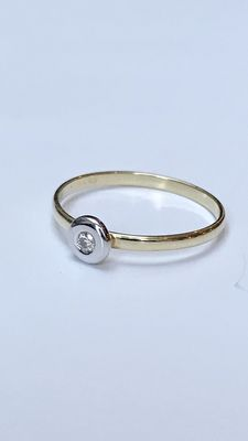 Gold solitaire ring with brilliant cut diamond, set in white gold