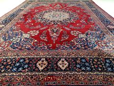 """Signed Meshed – 383 x 291 cm – """"Showroom carpet – Impressive, oversized Persian carpet in beautiful vintage condition""""."""