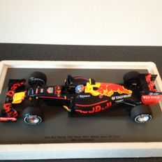 Spark - Schaal 1/18 - Red Bull Racing Max Verstappen - First win Spain