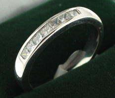 White gold ring set with princess cut diaond, 0,43 ct