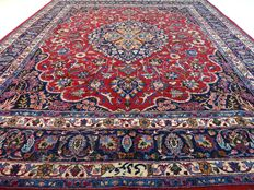 "Signed Meshed – 301 x 252 cm – ""Eye-catcher – Persian rug in beautiful vintage condition""."