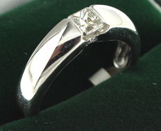 White gold solitaire ring inlaid with princess cut diamond, 0.49 ct and brilliant cut diamond, 2 x 0.04 ct