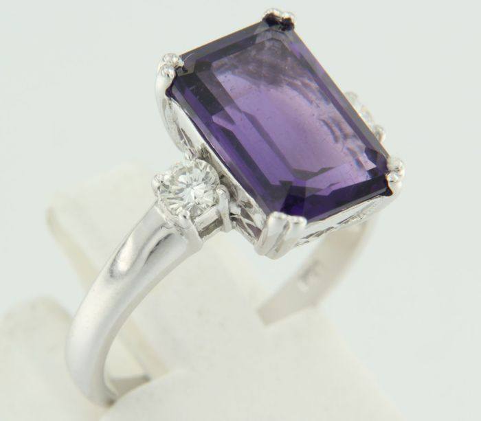 White gold ring of 14 kt set with amethyst and two brilliant cut diamonds