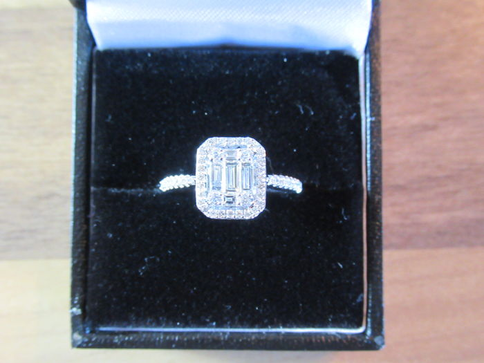 Stunning 18ct white gold diamond ring set with 1.2cts of diamonds.