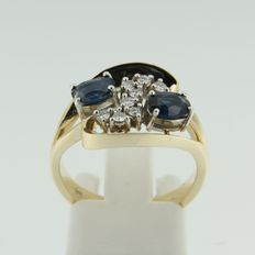 14 kt bicolour gold ring with sapphire and brilliant cut diamonds