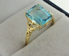 Yellow gold ring inlaid with topaz and diamond