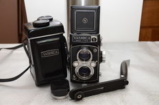 Beautiful Yashica mat-124 (1968-71) in excellent condition, with flash support, leather case and lens hood.