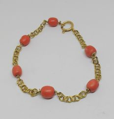 18 kt yellow gold bracelet with salmon corals.