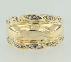 18k yellow gold ring with the shape of a dolphin and set with octagon cut diamonds
