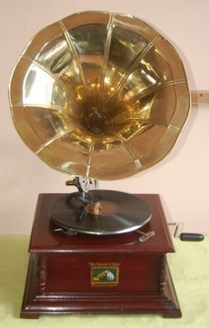 A square trumpet Bois de Rose gramophone, retro style, in perfect working condition, with disc and spare styluses, a replica.