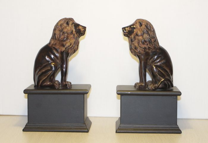 Two stately bronze lions on wooden base, 2nd half of 20th century