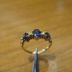 Beautiful 18 kt yellow gold ring with 3 cut sapphires