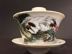 A very beautiful, hand-painted tea bowl of porcelain with lid – China – early 20th century (Republic period)
