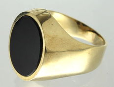 Yellow gold vintage men's signet ring with layered onyx stone