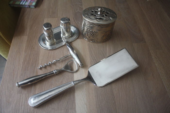 Lot of five silver plated items, 20th century