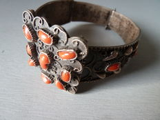 Bracelet in solid silver and coral – North Africa – Mid-20th century