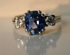 18 kt Gold ring with a 1.90 ct sapphire and 2 brilliant cut diamonds, approx. 0.34 ct E-F/VVS1 in very good condition.