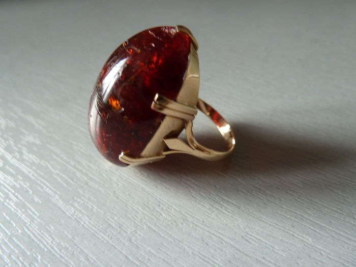 Significant 18 kt gold ring set with an amber cabochon from the Baltic.