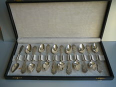 Twelve silver teaspoons with partly twisted hilt in case, Fa. A.J. Driesen, Schoonhoven/Utrecht, 1919-1923