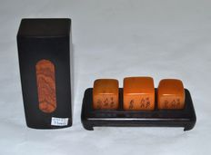 Fine 3-piece set Shoushan Stone seals, boxed,  with calligraphy - China - late 20th century