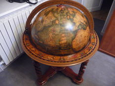 large bar featuring a globe, in wood, good condition