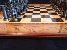 Vintage bronze chess set - 'The king against the Arabs' - 50 x 50 - 1970