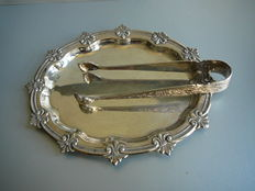 Silver presenting tray with profile edge, Spanje, 20th century, accompanied by a silver sugar tongs