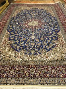 Nain Persian rug from 1970s, hand-knotted and signed, with certificate of authenticity.