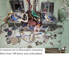 A massive lot of Decorative Jewelery with more than 150 items and collectibles.