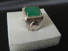 Ring with emerald and Egyptian motifs