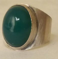 Silver ring with an oval, jade cabochon; Georg Kramer (Fischland)