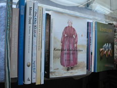 Traditional costumes; Lot with 12 publications about Dutch traditional costume - 1992 / 2012