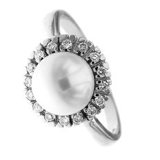 White gold ring with South Sea central pearl measuring 9 mm in diameter, surrounded by 0.20 ct diamonds