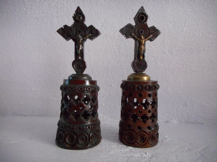 2 small cross climb on a pedestal sculpted in wood of boxwood in the 19th century