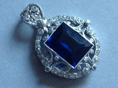 Art Deco style pendant in 18kt white gold set with diamonds and sapphire.