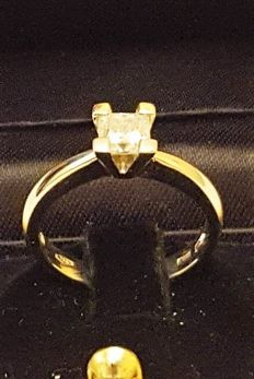 Gold ring with 0.81 ct diamond