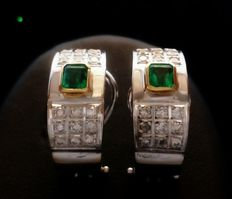 18 kt (750/1000) white and yellow gold set with emerald gemstones totalling 0.55 ct (approx.) and diamonds totalling 0.36 ct (approx.).
