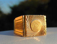 Yellow gold (18 kt) signet ring with a radiating pattern, no inscription