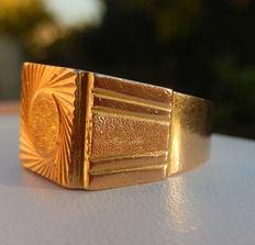 Attractive 18 kt yellow gold men's signet ring, not engraved.