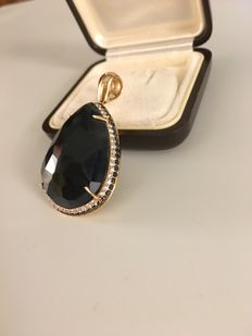 Pendant in 18 kt gold with a gemstone and 0.50 ct diamonds. Measurements: 3.5 cm with hook 4.5 cm  - width 2.5 cm