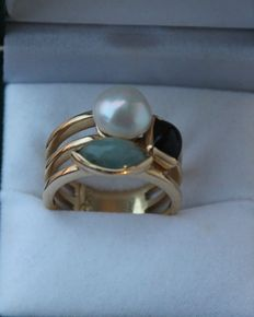 Yellow gold ring set with a white pearl and two-tone smoky quartz