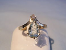 Gold ring with genuine aquamarine droplet and diamond